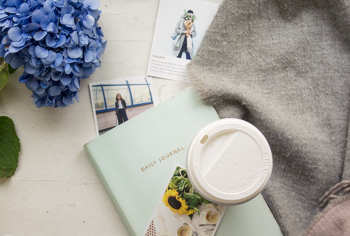 blogging-flat-lay-flowers-coffee